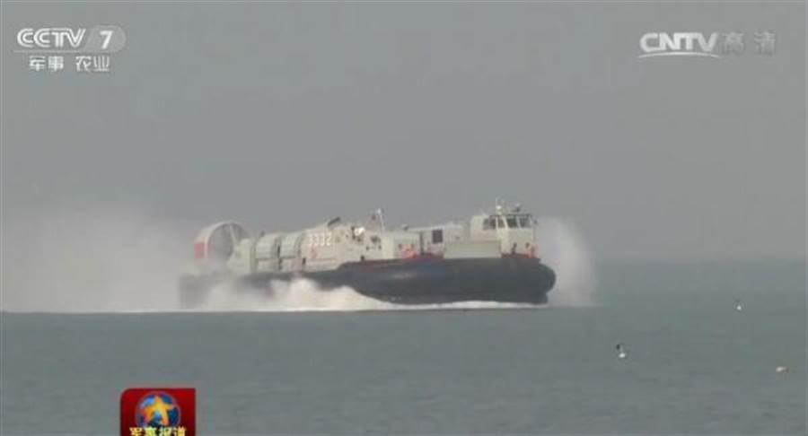 野馬氣墊登陸艇最大載重60噸,可以將共軍目前最大的99A型坦克投送到登陸灘頭上。(圖/中央電視台畫面)