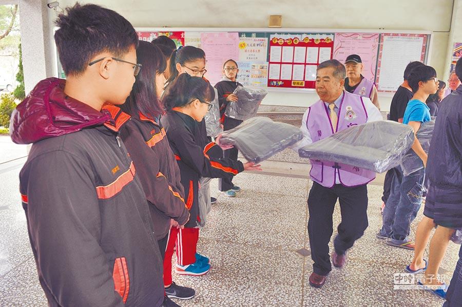 向心橋慈善會志工採購30件毛毯予埔里鎮大成國中弱勢家庭學生。(廖肇祥攝)