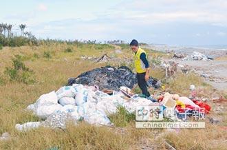 台東海邊堆滿垃圾 縣議員怒斥