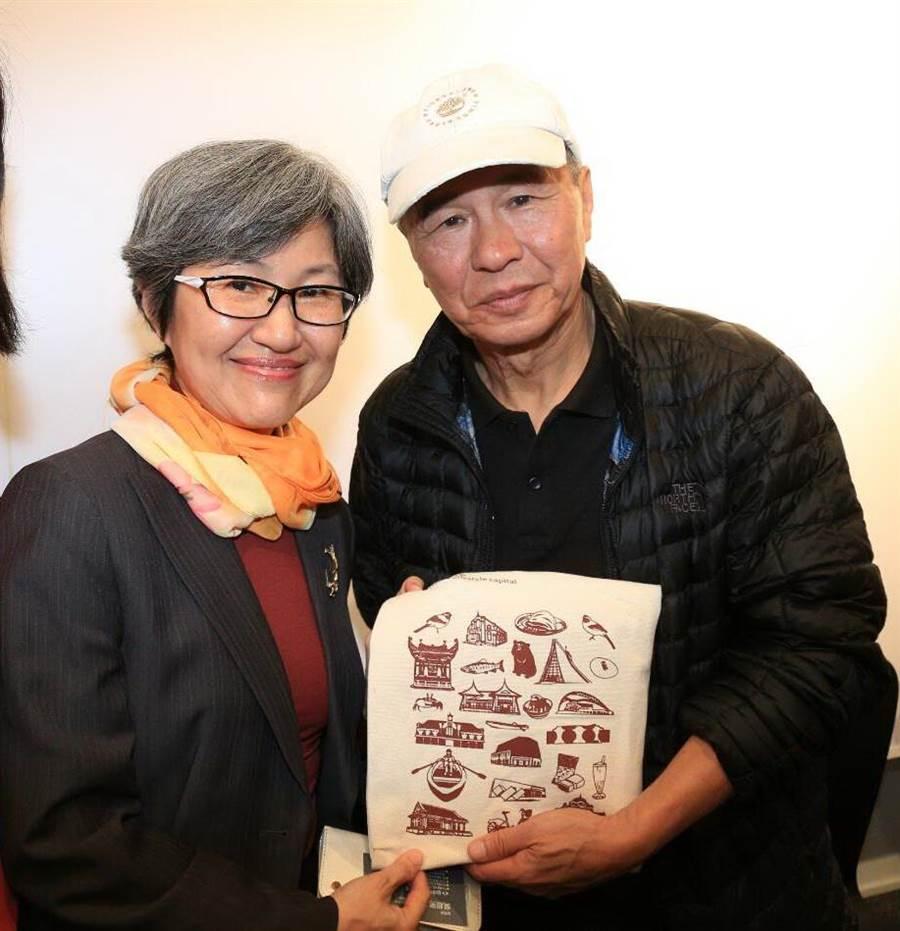新聞局副局長吳超男(左)贈送導演侯孝賢由台中市政府出版的《來去拍台中Taichung