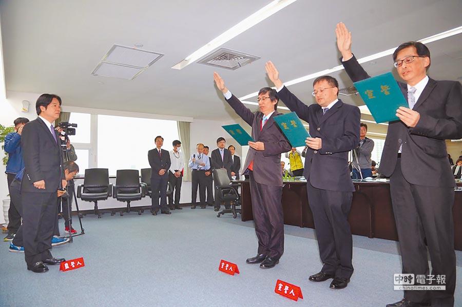 3位新任首長宣誓就職,分別是都發局長莊德樑、衛生局長陳怡、交通局長林炎成(從右至左)。(曹婷婷攝)