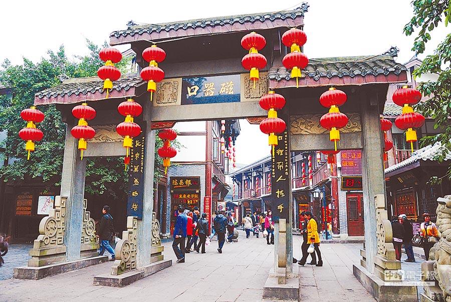 重慶市沙坪壩區磁器口古鎮遊客如織。(CFP)