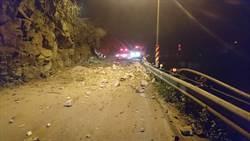 南投埔里道路坍方  騎士重傷倒臥落石堆