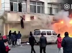 有片》民眾從2樓跳樓逃命!大陸浙江足浴店大火至少18死