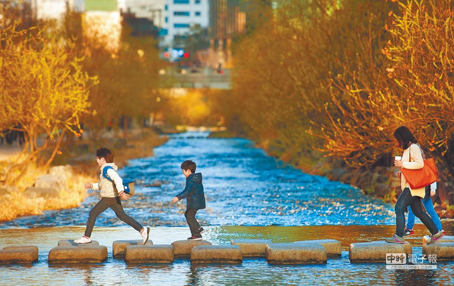 行政院將水環境建設列入擴大投資項目之一,圖為南韓首都首爾市區的清溪川秀麗景色,民眾常攜眷出遊,可當國內借鏡。(本報資料照片)