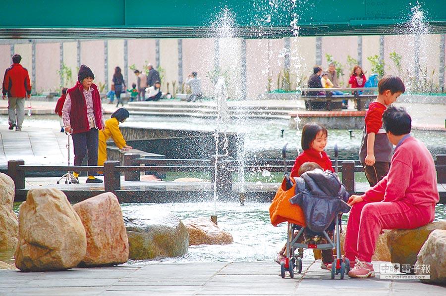 新北市新莊中港大排本是一條髒臭的排水溝,經過整治,已蛻變成為亮麗的「清溪川」,吸引許多附近民眾前來散步遊玩。(本報資料照片)