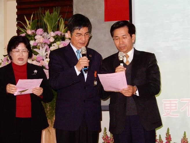 教育部長潘文忠(右)、次長陳良基(中)及主祕陳雪玉(左)一起唱〈萍聚〉。(林志成攝)