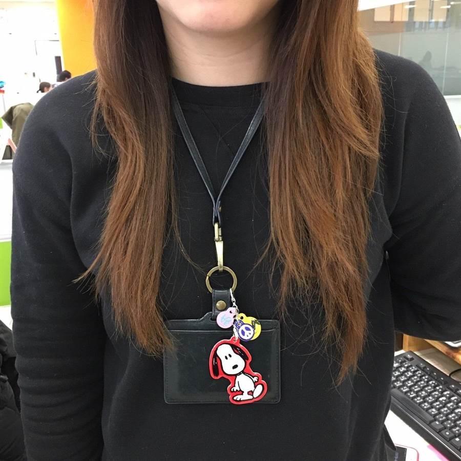 SNOOPY造型吊飾一卡通,可吊掛於識別證上,方便刷卡使用。(圖/一卡通提供)