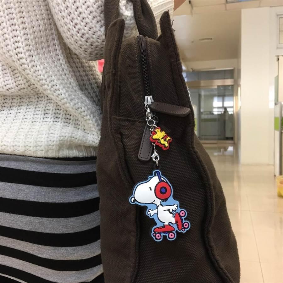 SNOOPY造型吊飾一卡通,可吊掛於包包,方便刷卡使用。(圖/一卡通提供)
