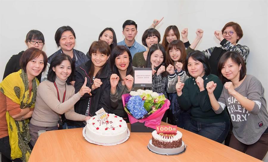 方念華與《FOCUS全球新聞》製作團隊。(TVBS提供)