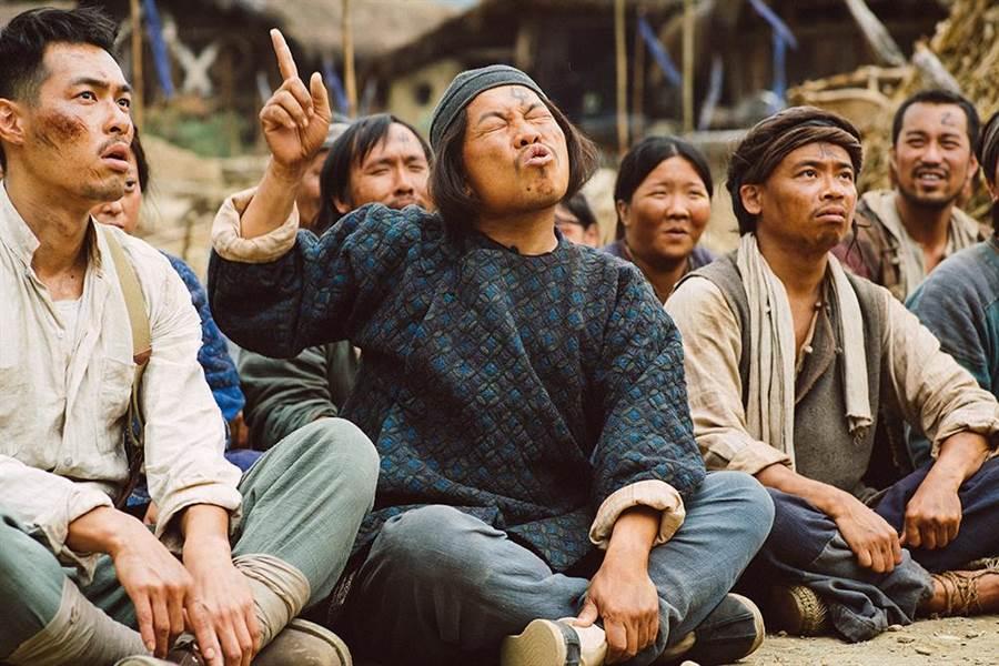 阿松(右一)首度演出電影,在《健忘村》中飾演稱職村民。(圖/牽猴子整合行銷提供)