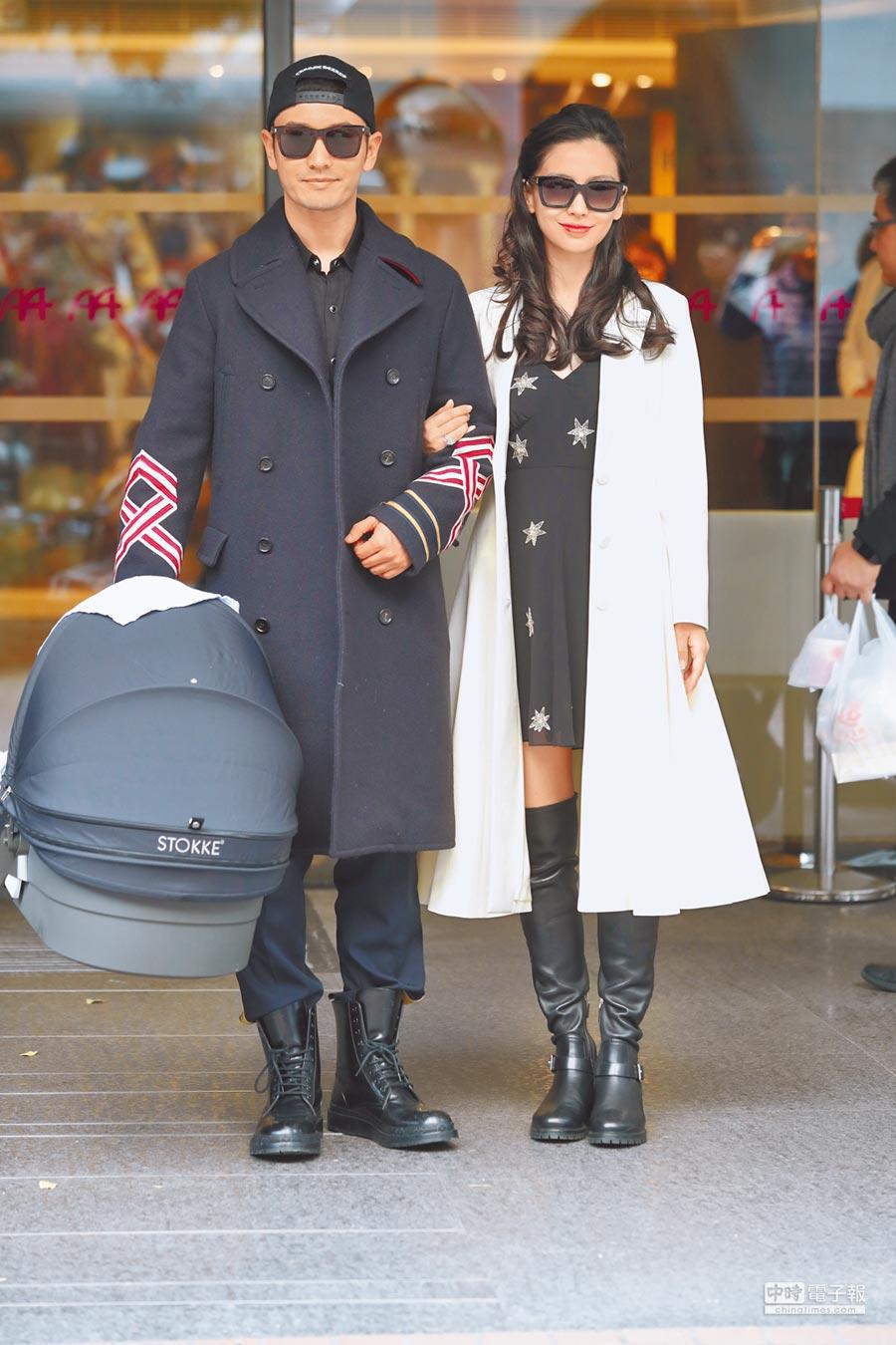 1月19日,黃曉明和楊穎帶著兒子小海綿出院。(CFP)