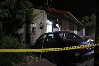 轎車疑似失控 暗夜撞進路邊民宅