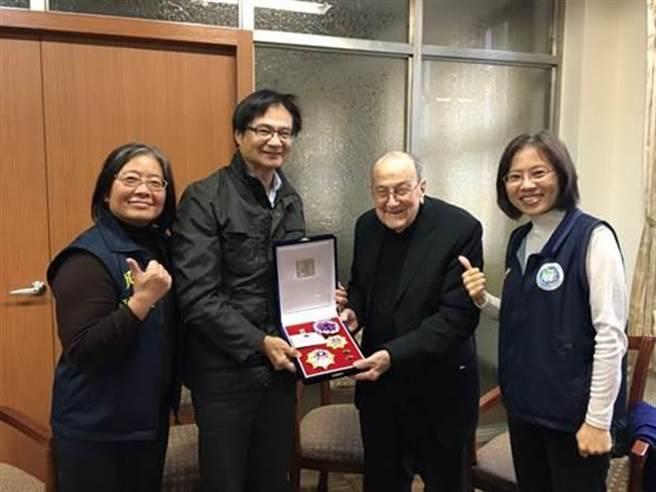 百歲的賴甘霖神父得到景星勳章,成為北市以殊勳歸化的第一人。(民政局提供)