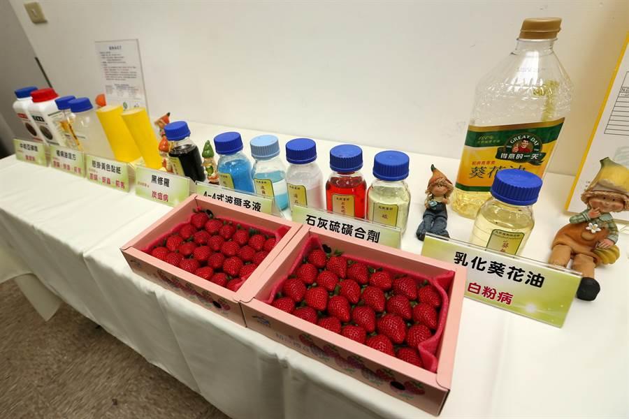 農試所展示非化合植物保護資材。(黃世麒攝)