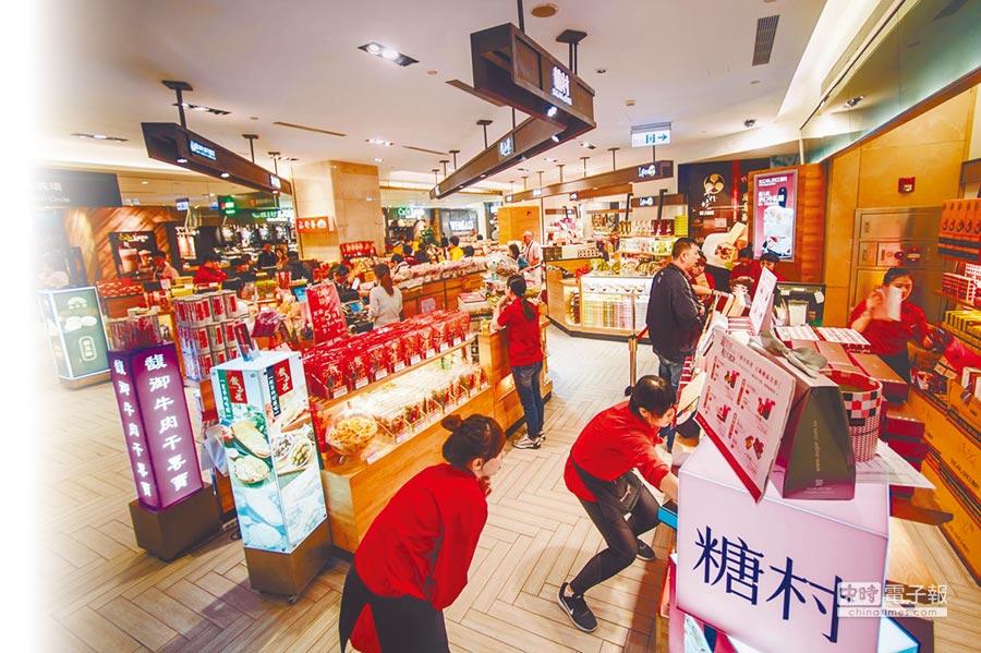 陸客來台新哲學是「只玩不買」。圖為台北101內的伴手禮商店店員人數比觀光客還多。(本報系資料照片)
