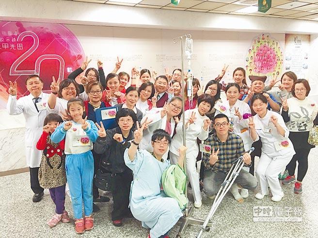 光田綜合醫院大甲分院慶開院20年,院長王迺輝(後排左一)帶領拍攝假人挑戰影片。圖/大甲光田提供
