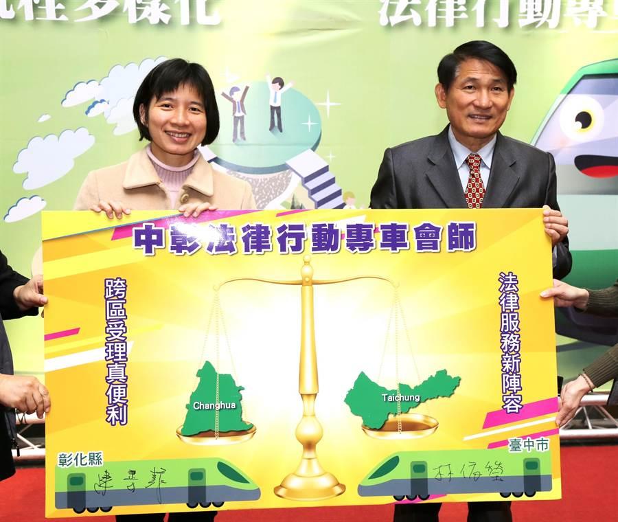 台中市副市長林依瑩(左)與彰化縣副縣長陳善報共同簽署中彰法律行動專車會師宣示。(盧金足攝)