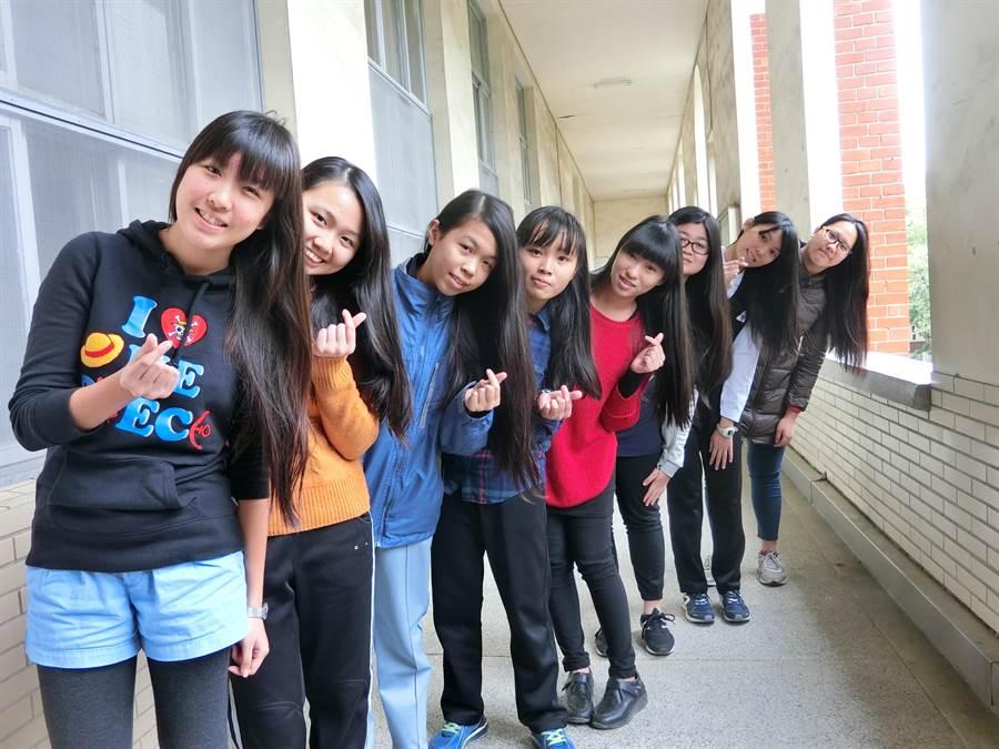 台南女中捐髮獻愛心,學生在剪髮前留下長髮倩影。(曹婷婷攝)