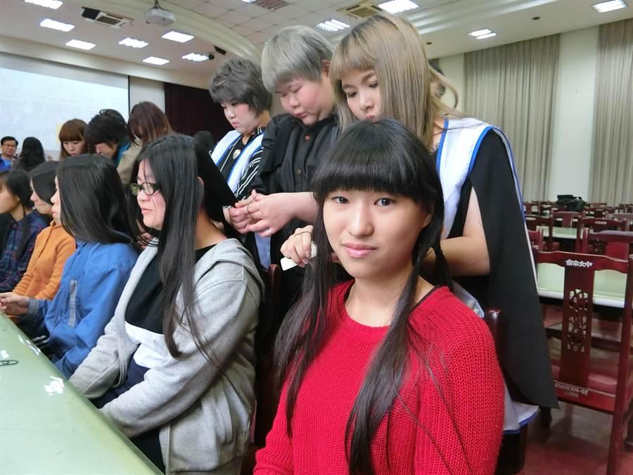 台南女中一年級林佳妤從小六開始捐髮,今天已是第三度捐髮。(曹婷婷攝)
