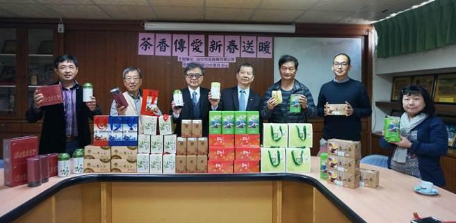 台中市茶商業同業公會捐贈愛心茶葉義賣,鼓勵民眾踴躍認購,籌募獎助學金幫助孩子安心上學。(陳世宗翻攝)