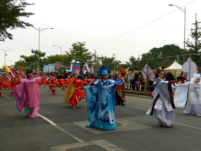 台灣燈會開燈踩街由雲林在地咚咚舞團帶來融入布袋戲元素的元宵舞。(許素惠攝)