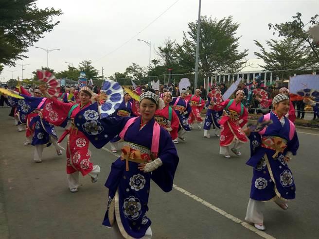 日本北海道三重舞團穿著傳統和服熱情演出。(許素惠攝)