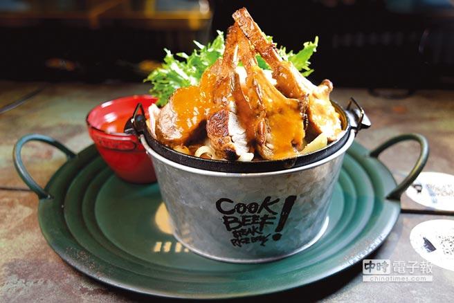王品新品牌「Cook BEEF」的主餐呈盤很「澎湃」,圖中「狂野小牛肋排」共有4支肋排,售價320元很親民。圖/姚舜