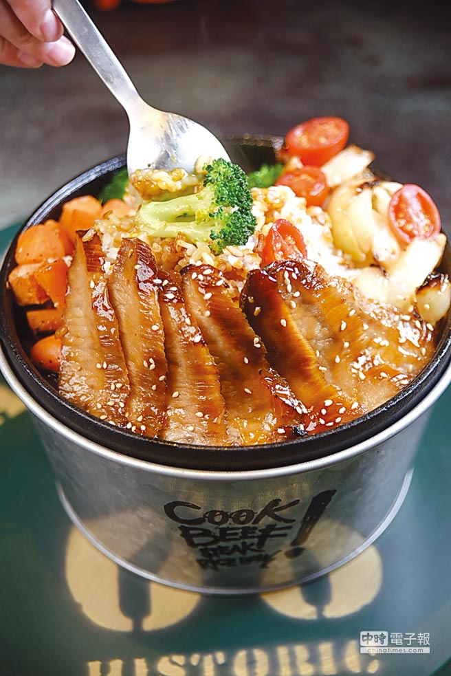 用煎烤豬頸肉搭配白米飯的〈BBQ塔圖豬〉訂價220元,是「Cook BEEF」最便宜的主餐。圖/姚舜