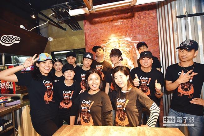 王品新品牌「Cook BEEF」的營運團隊成員都是6、7年級生,年輕且充滿朝氣活力。圖/姚舜