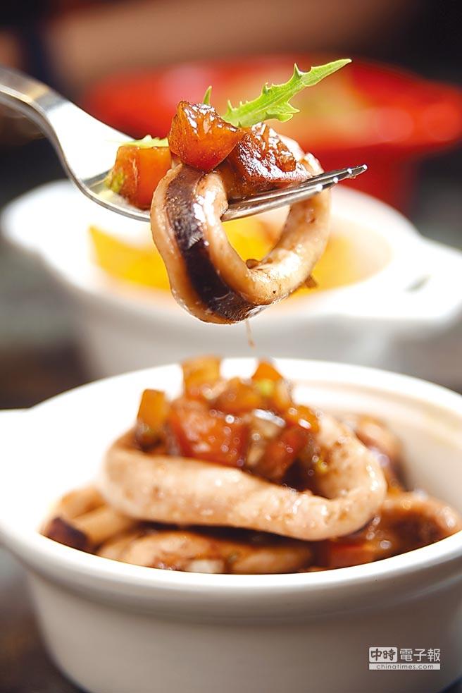60元一份的單點小食「涼拌魷魚莎莎」,是將魷魚醃漬後再蒸烤熟成,提味的莎莎醬是用巴薩米哥酒醋和辣椒與墨西哥辣椒醬調製,很開胃下飯。圖/姚舜