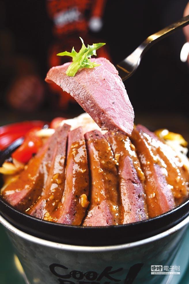訂價290元的「酷客舒肥牛排」,是將厚切美國Choice級板腱肉先Sous-vide低溫慢煮後再煎烤,肉質柔嫩、肉色鮮紅,口感風味不錯。圖/姚舜