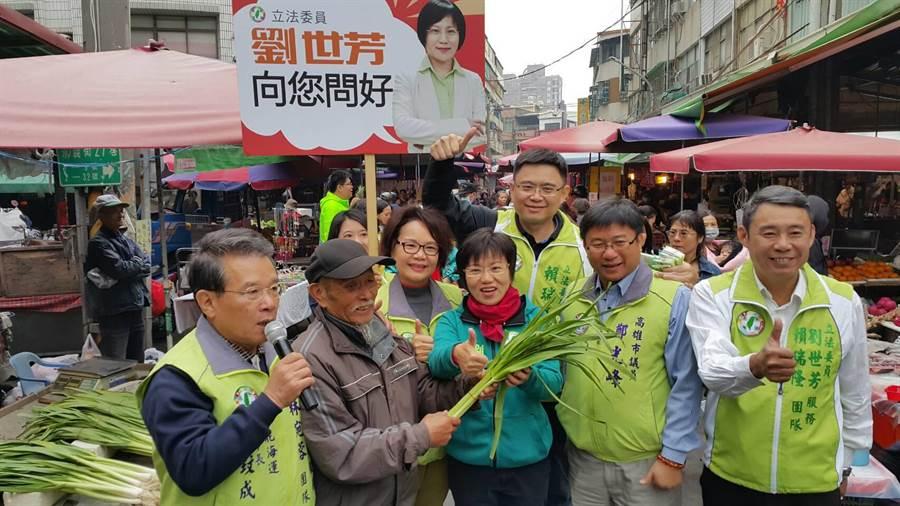 4位立委議員寒流中陪同,劉世芳勤走前鎮小港市場。(吳江泉翻攝)