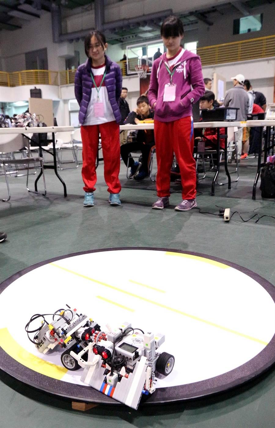 國中機器人相撲競技大賽,女生組隊參賽人數增加。(教育局提供)
