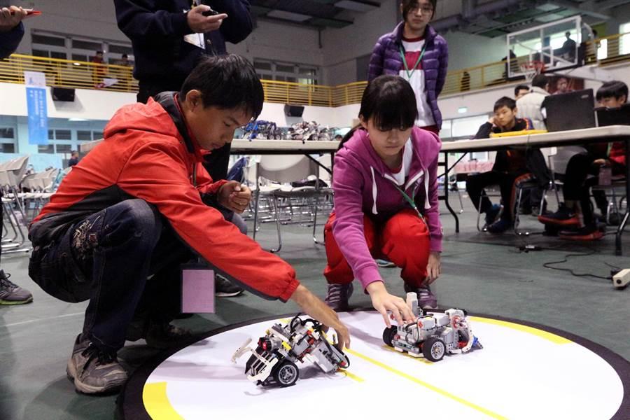 國中機器人相撲競技大賽,考驗選手的臨場反應與設計巧思。(教育局提供)