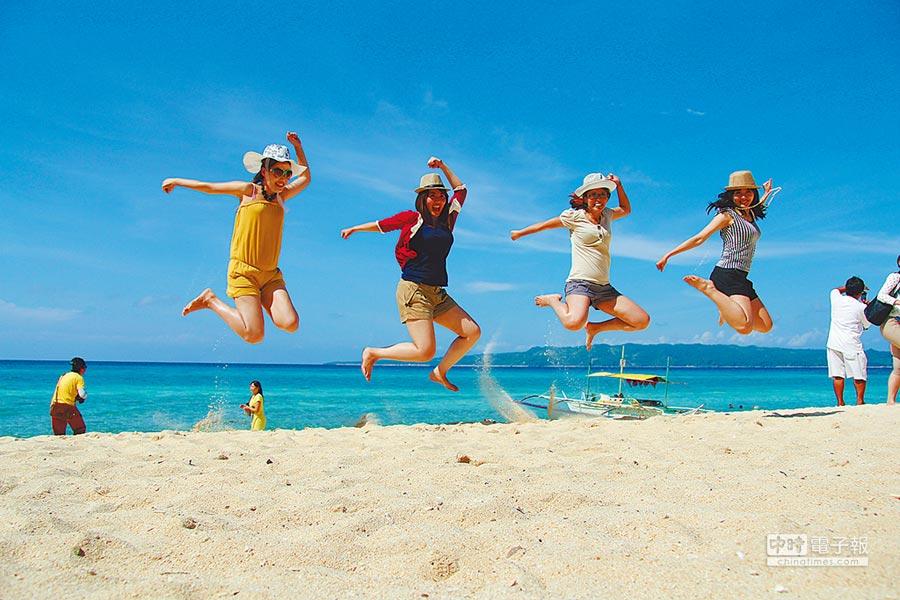 菲擬給陸落地簽,將吸引100萬人次陸客赴菲旅遊。圖為陸客赴菲律賓長灘島遊玩。(本報系資料照片)