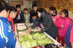 越南媽媽開課 教台灣孩子包春捲