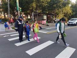 國小開學日,三峽警方派警協助維護各國小上下學安全