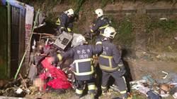 國道五號遊覽車疑轉彎翻覆 32人罹難