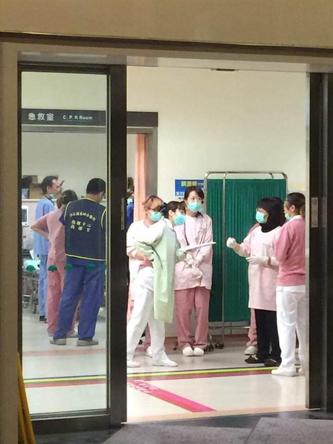 目前汐止國泰接收一名重傷老婦。(曾百村攝)
