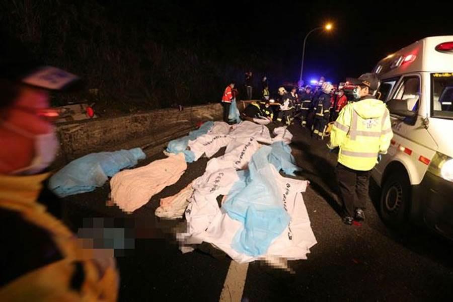 國五轉國三南下閘道13日晚間發生一起重大車禍,一輛遊覽車翻覆邊坡,造成大量乘客傷亡。(黃世麒攝)