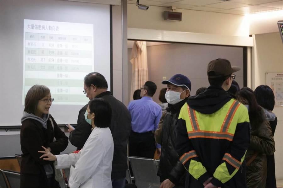 萬芳醫院急診室列出大量傷患表,可見傷者多是50多歲民眾。(方濬哲攝)
