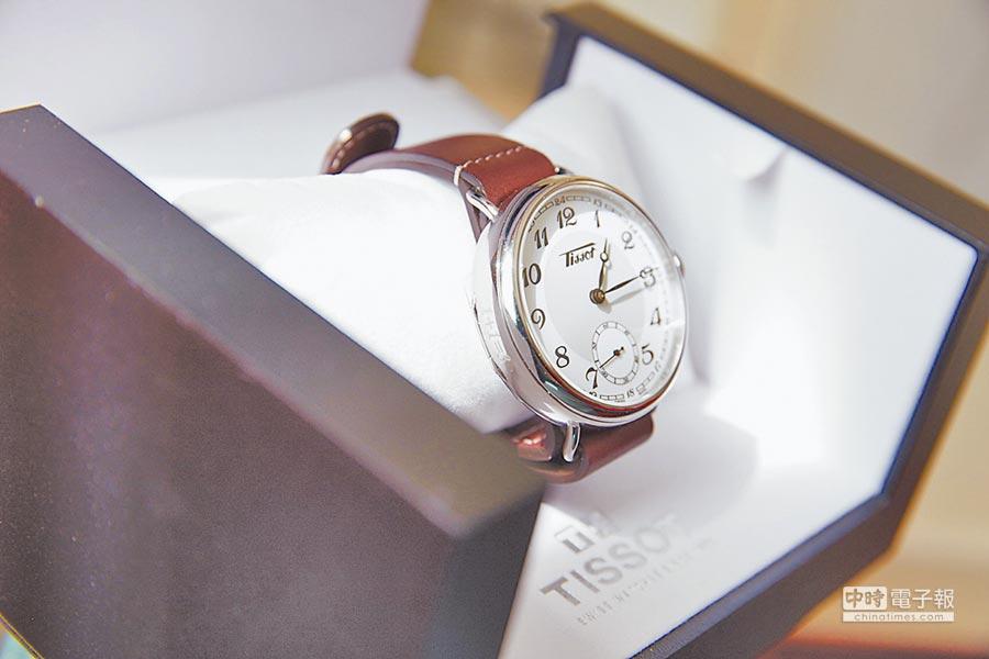 TISSOT送給黃曉明的1936經典復刻男款腕表,表側刻有「1+1=3」字樣,象徵對他們一家人的祝福。