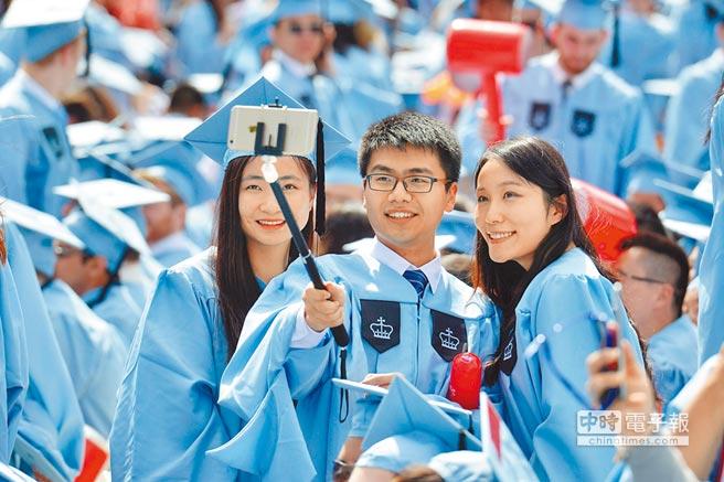 2015年5月20日,中國留學生在哥倫比亞大學畢業典禮上自拍。(新華社)