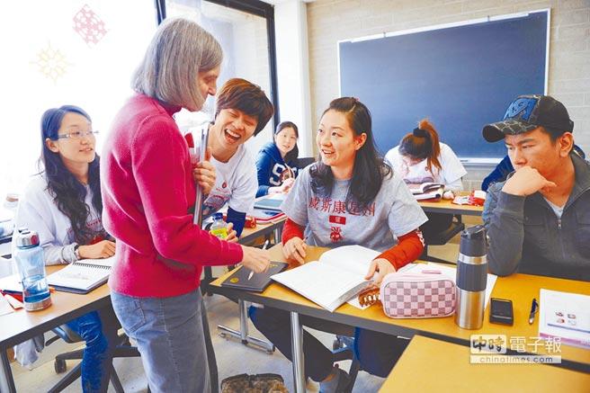 陸生在美國上英文課,與老師交流。(新華社資料照片)