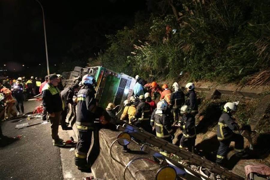 新北、台北市消防局派遣上百名消防人員前往現場搶救。(圖/本報記者翻攝)