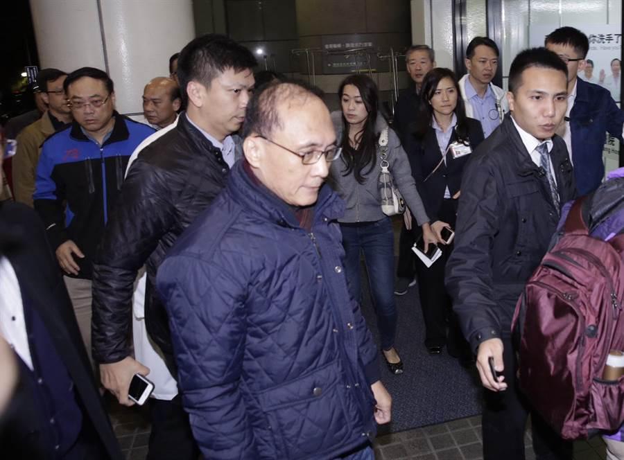 行政院長林全14日凌晨前往萬芳醫院了解國道車禍後續處理,僅停留在大廳約5分鐘聽取簡報隨即離去。(方濬哲攝)