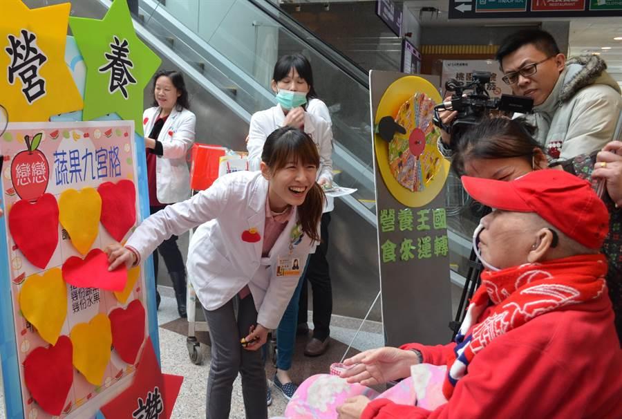 營養師藉由遊戲呼籲民眾患者多吃蔬菜。(葉臻攝)
