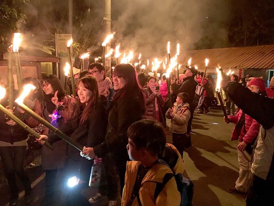 火把繞庄活動吸睛、有意義,吸引近600人參與。(沈揮勝攝)