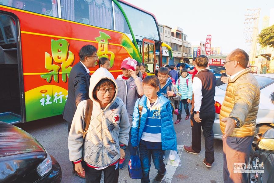 許厝分校學童搭專車到橋頭本校上課。(張朝欣攝)